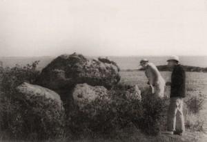 K - Village - 1930-1940 - 05 - 01 Francisque et Geneviève Froment devant le dolmen