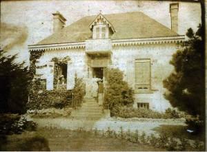 """Fidèle Habert devant sa maison damganaise, """"Le Varchais"""", vers 1900"""